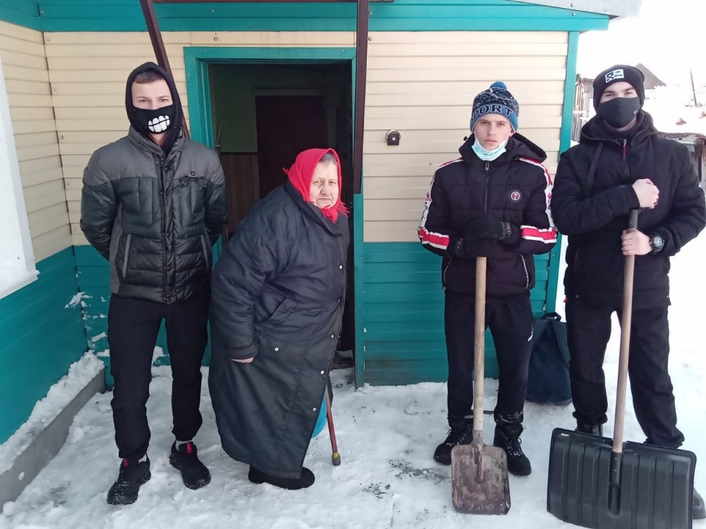 Социальные работники помогли с уборкой снега бабушке в г. Славгороде (1)
