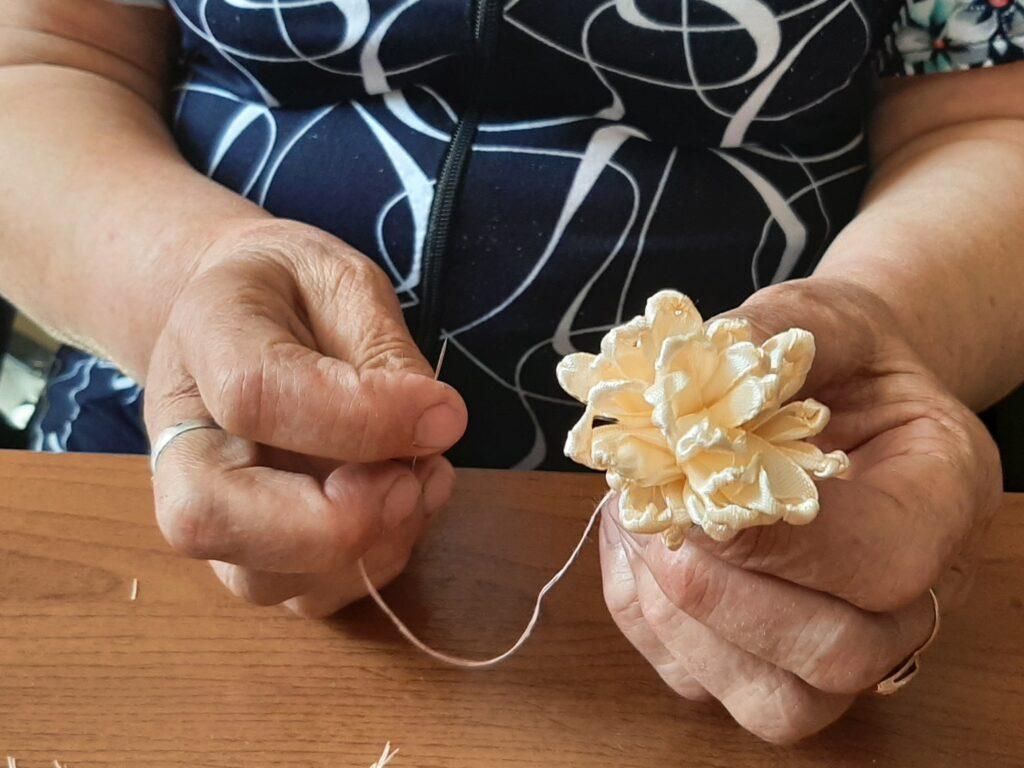 Мастер-класс по изготовлению цветов прошел в онкодиспансере г. Рубцовска